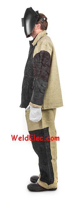 сварщик в робе брезентовой и рукавицах