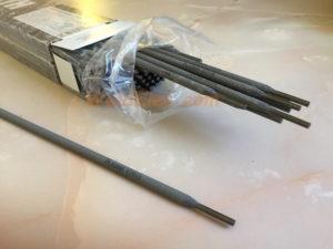 Коробка со сварочными электродами. Монолит УОНИ 13/55 Плазма 3мм